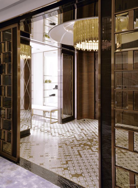 鞋櫃以展示邏輯設計三面聚光牆面,金屬嵌條、玻璃層架、兩種布紋壁布圍塑起精品式空間氛圍。