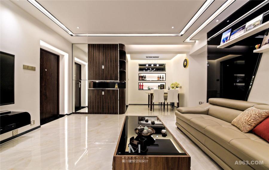 客厅:考虑到面积有限,而让家显大则是一个很重要的关键。首先从颜色上放大空间,主体采用黑、白和深棕色来做搭配。