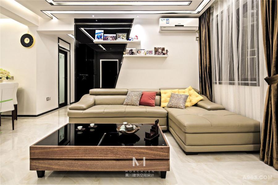 """客厅:其次是灯光,窄窄的反灯槽连贯每个空间,延伸层高,暖白色灯光很好的缓和黑白色的冰冷感,让家更有 """"家•life"""" 的氛围。"""