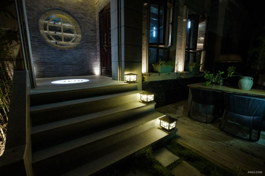 """用一轮圆月造型配青砖,采用中国式借景手法,同时,并创作机电设计公司LOGO""""甲一""""符号,使之与窗雕花装饰巧妙融合,形义兼具。"""