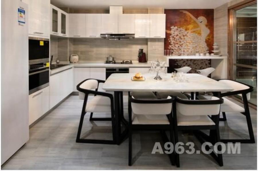 为满足居住者多样的高品质空间功能需求,用餐、烹饪、吧台多功能一体设计,将空间利用至极致,实用且便利。