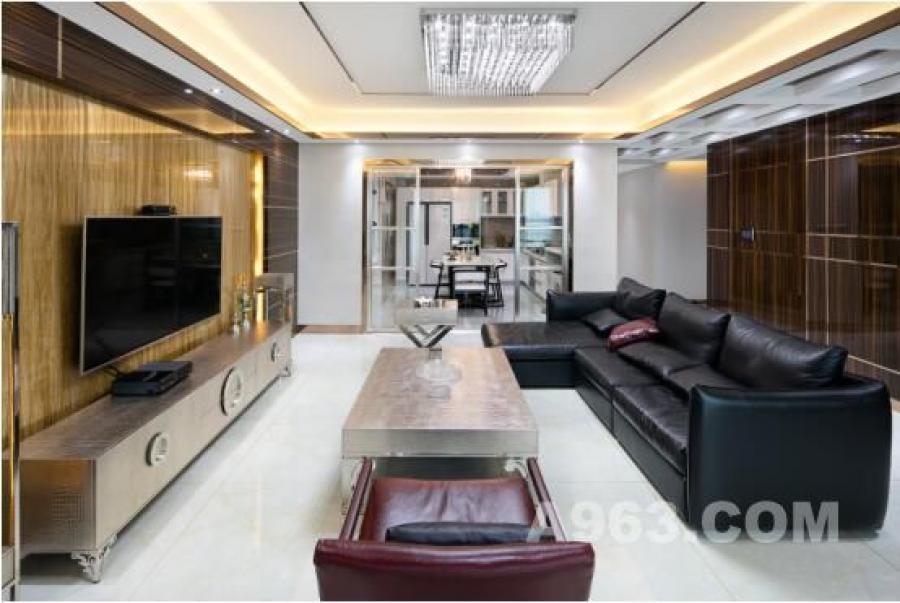 家具软装部分,简约舒适的黑色真皮沙发作为主角,与金属感茶几、电视柜及边几在质感、触感上形成强烈对比,刚柔相济,明暗相衬,简约奢华,恰到好处。