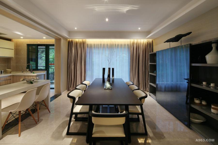 开敞式厨房,和餐厅吊顶用线型灯光贯通,使空间更加整体大气,在餐厅也图片