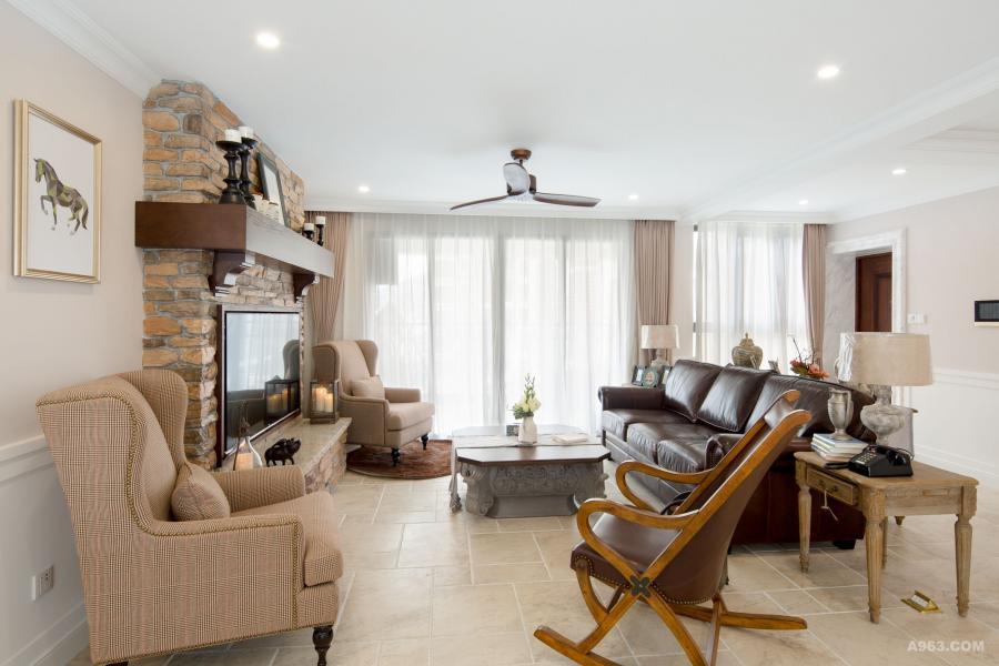 除了主体沙发,侧面以单人椅取代沙发,增加座位人数,让风格造型更一致,视觉感也更简洁