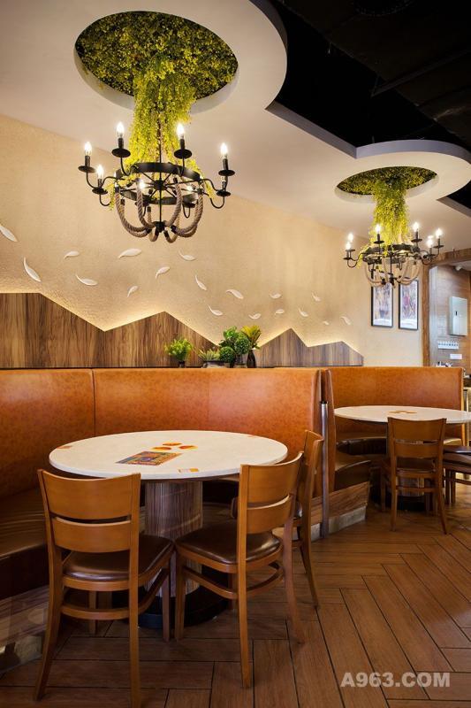 左边就餐区半圆形吊顶垂下绿植装饰,恰到好处地遮住铁艺烛灯支架,餐桌与吊顶皆成圆形相互呼应。