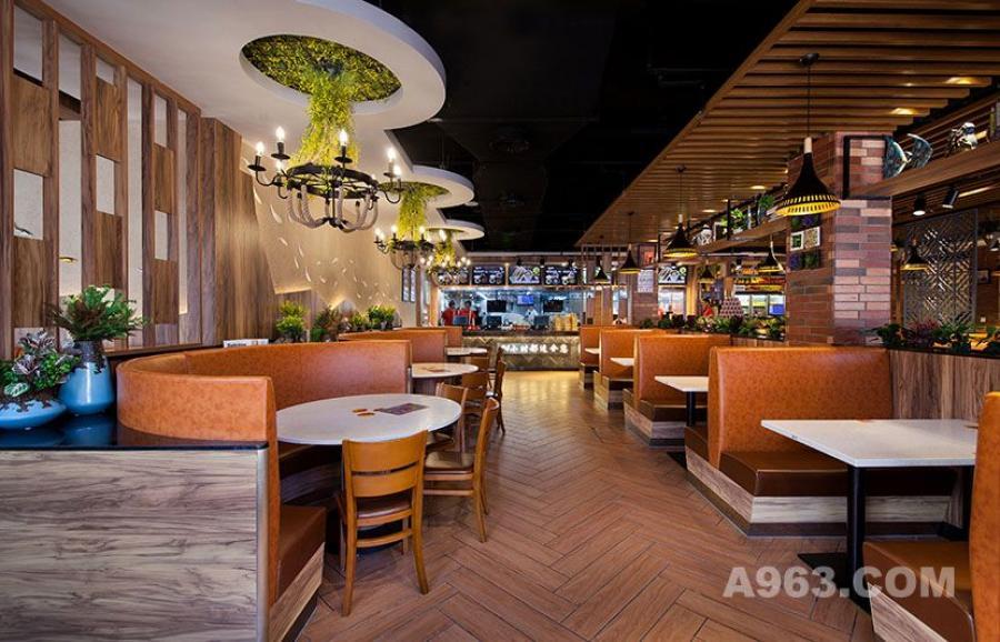 进入店内,首先看到的是洋溢着暖色调的中央就餐区。