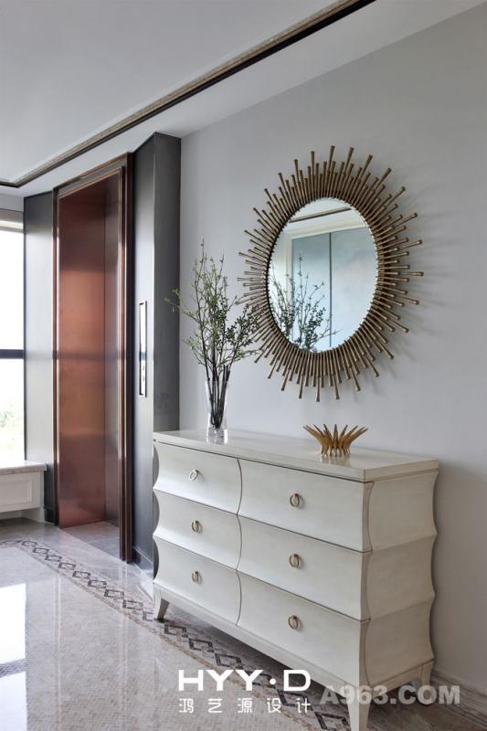 电梯厅 纯铜太阳镜发挥出金属元素特有的低调华丽感,有着复古的气息,与对面的手绘墙互相映衬,各自精彩。