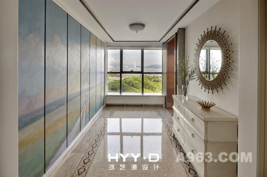 电梯厅 隐藏式储物柜化身为一幅大田园风光手绘画,让人仿佛穿越时空,置身田野,欢畅驰骋。
