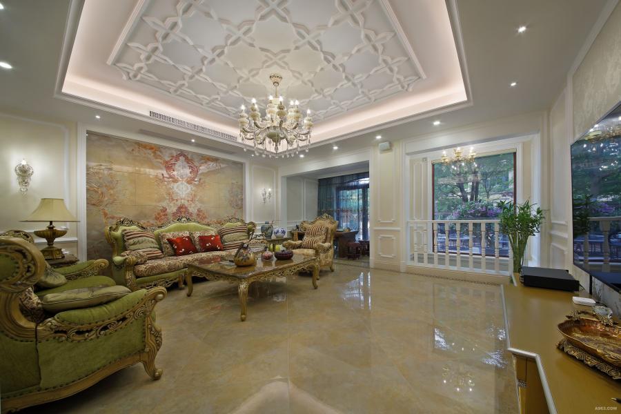客厅宽敞而明亮,墙面大量的装饰线条和暖黄乳胶漆融合,大理石砖与略有雕饰的天花相呼应,空间整体沉稳而安静。映入眼帘的沙发背景墙是别出心裁的大理石纹理图案,和浅绿色系沙发形成递进的视觉关系,空间层次感更强;通过窗户的框景把室外景色引入室内,如诗如画。