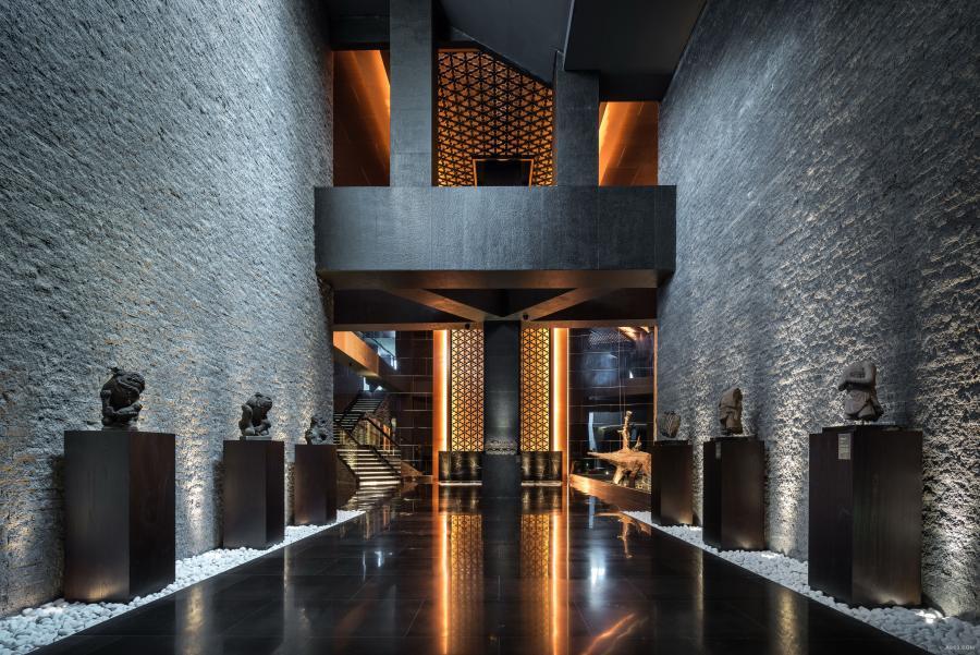 三亚中信半岛云邸会所 会所是位于三亚鹿回头海边的度假会所。设计师通过对原本废置空间的修正、新旧梁和柱的 调整,使之改造成一个极具空间感的大堂。此外,把户外泳池缩窄,所节省的空间规划到室内,规划出长达 60 米咖啡长廊,并使用三交六椀菱花样式木格栅连贯了长约 155 米的多个 功能空间,再加上大量古玩陈列品和中式家具的配合,使总体感觉统一并彰显中式气派。 此外,三亚中信半岛云邸会所自2016年4月底落成至今,已获得多个奖项殊荣,包括: 2017 German Design Award 「 Special Mention」大奖、 2016  英国SBID International Design Awards Finalist 2016  香港AD Trophy Awards Certificate of Excellence 2016  APDC亚太室内设计精英邀请赛  「最具创造力大奖」、 2016  成功设计大赛空间类 「成功设计大奖」、 2016  CIID第十九届中国室内设计大奖赛 「铜奖」 2016  第七届筑巢奖 「提名奖]、 2016  CIID中国建筑学会室内设计分会第四届陈设艺术邀请赛 「文化传承银奖」。