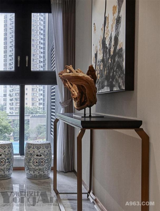 入户:仿古鼓凳的摆入,与空间和谐搭配。其实选择一套房子,也就是给自己未来的生活品质提前定了位