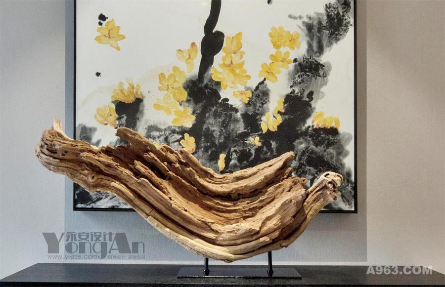 入户玄关:别致的木制摆件与水墨画的融合,令人眼前一亮。用现代的设计理念,诠释一种新的,更时尚,更舒适,更轻松的中式家居的设计风格。