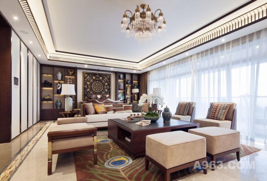 地板采用浅色仿理石纹瓷砖,与自然光的结合使整个客厅的宽敞明亮,对人的心情也具有正面影响。