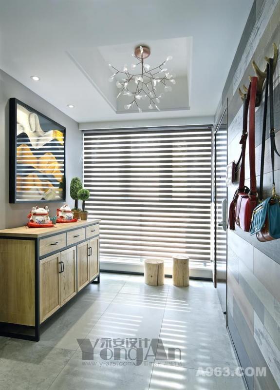 入户玄关: 柔软的阳光穿过窗帘照在青灰色的地面上,配上原木色的玄关柜和一高一胖的鞋凳。看似非常的和谐惬意!
