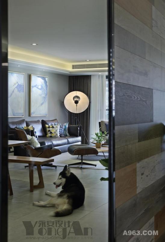 透过玄关的穿衣镜,你能隐约的感觉到客厅的生活氛围,是那么的朴实无华。
