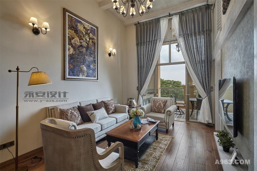 装饰画就让设计师跑了两趟大芬村,主题与色彩成为了客厅的亮点,沙发的混搭效果超出的屋主的预想。