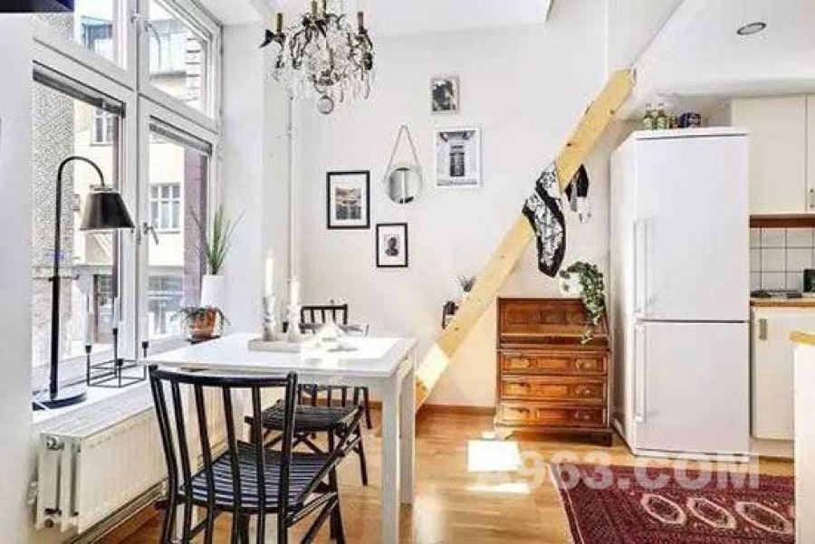 厨房和餐厅连成一体,使空间显得更大。通往卧室的楼梯下也没有浪费,放置了一个斗柜进行收纳
