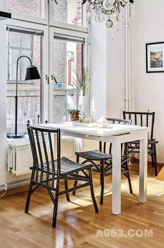 厨房旁边设置餐桌,摆放在靠近窗户的位置,让用餐环境更加明亮,用餐的同时还能欣赏外面的美景。白色的餐桌配上黑色的靠背椅,黑白搭配,简约但不单调。点上两支蜡烛,来个烛光晚餐吧~