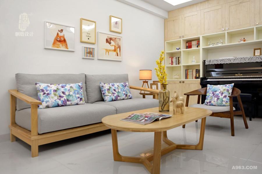 原木沙发与茶几简洁清新