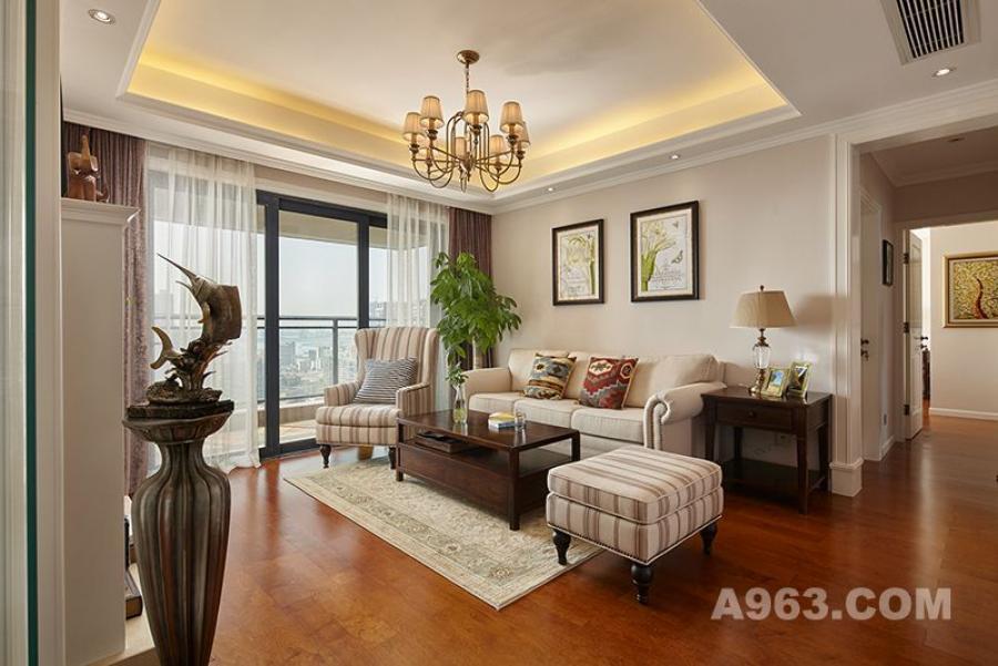 客厅,色彩整齐划一,尽显空间的淡雅与细腻的感触。入过道处,到顶的美式门套造型,将空间反衬的更加挺拔,简单的几何线条,勾勒出丰富的立体层次。布艺沙发的设计都体现着惬意与随遇而安,木质地板的铺设,醇厚亲近之感,很有生活情调。