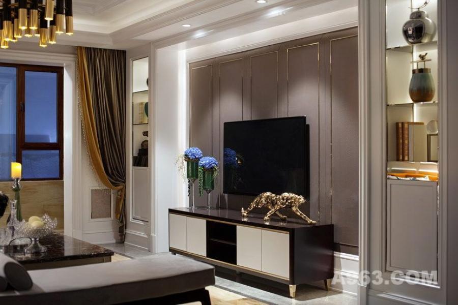 电视墙两边的装饰柜可以增添客厅的储物功能,同时隔板与护墙板之间的缝隙可以让灯光通过,隔间因此显得更通透,提升摆饰的观赏性。