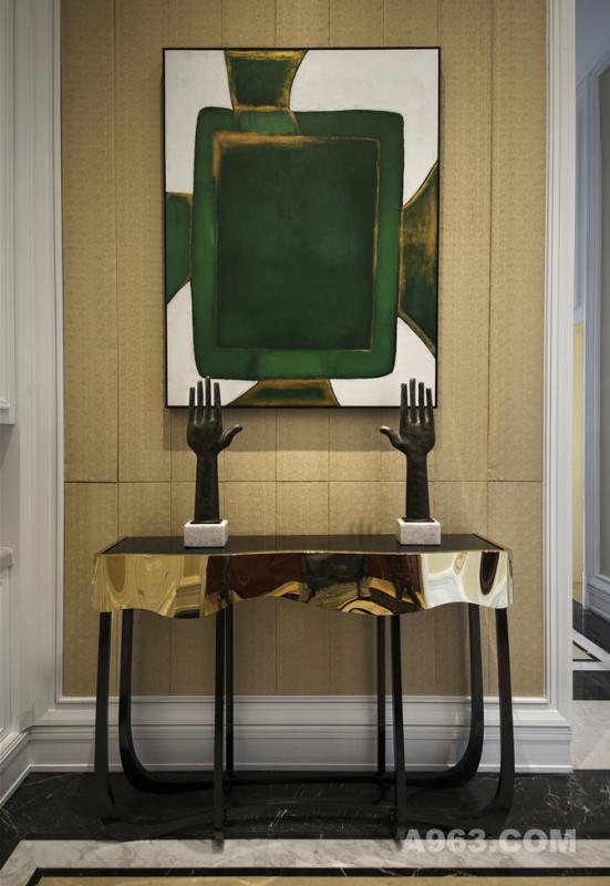 """▼一层客厅 在奢享与艺术的熏陶下,跟随御融的步伐,一道""""游历""""曾经那些辉煌优雅的艺术时代。"""