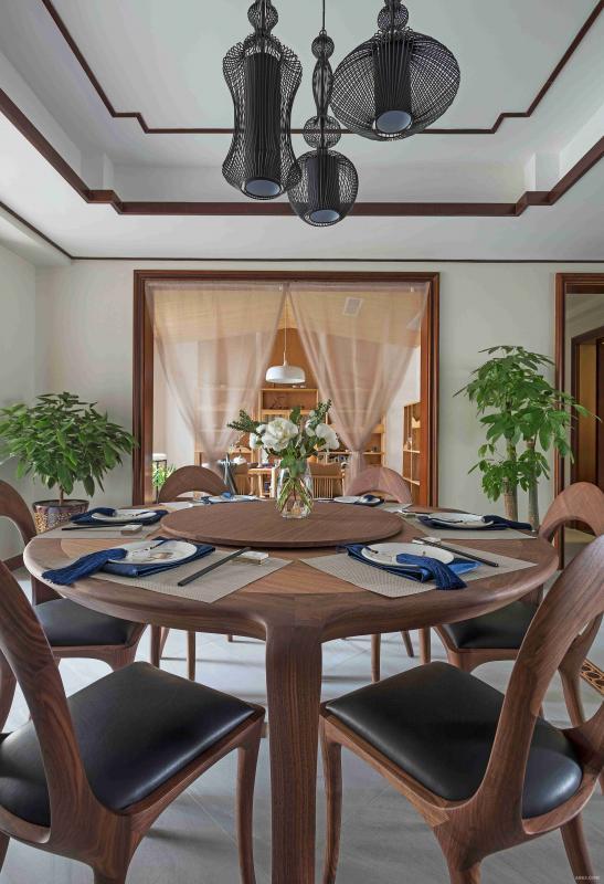 餐桌方面,抛弃了传统中式餐桌的厚重感。现代化的样式让整体显得更加自然朴素。
