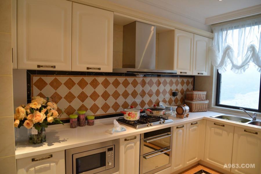 厨房橱柜以白色调为主,搭配以黑红色理石墙面,增加了整体的时尚与奢华,同时双不乏实用性。