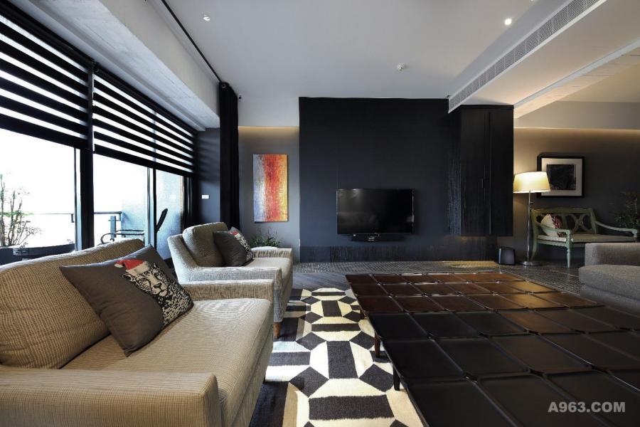 仔細的運用材質分化空間領域,並增加元素的天賦來修飾空間。以結合H型鋼元素的玻璃屏風,營造開闊的空間感受,藉由延伸的造型意象,連貫公私領域,用上潔白與灰感色系,讓空間不僅舒適且還能享受獨特的摩登時尚。