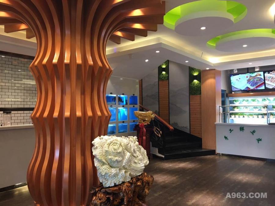 餐厅内部色彩轻快明亮,赋予场所非凡的生机与活力。