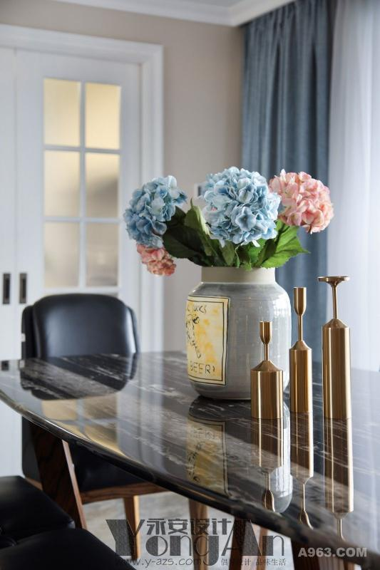 餐厅一角:素雅的花绽放在餐桌上,让周边的一切都温柔起来了。