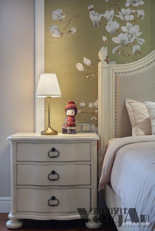 主卧一角:小小的台灯与床头的背景相互交融,满是淡淡的温柔。