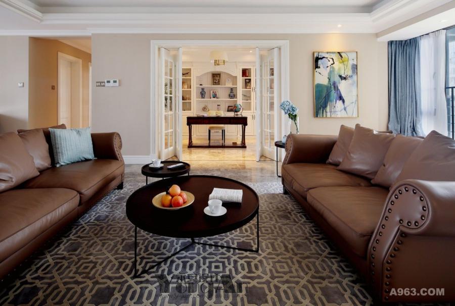 客厅:舒适的皮质沙发,大小不一的茶几,简单而和谐。