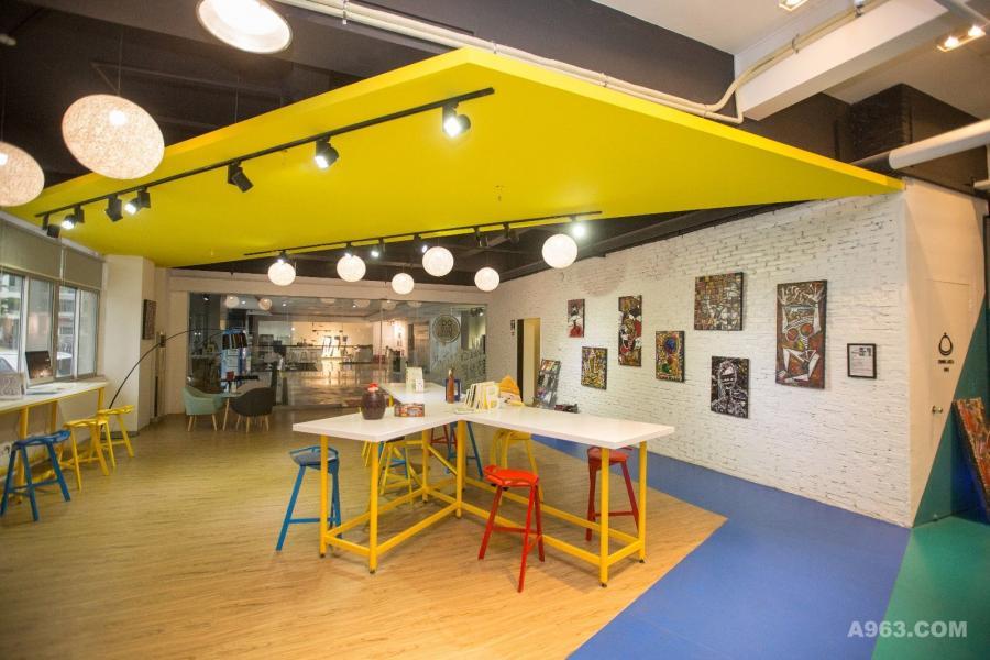 前厅区域位于蓝色和黄色之间,配有各种家具。营造一种纯粹而简单的气氛,与城市完美契合。街头艺术画作与白砖成了办公室里一道独特的风景线。
