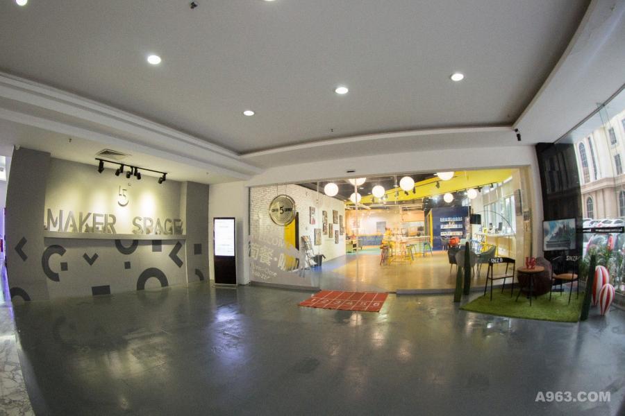 原建筑体的前身是有着20年历史的传统办公楼,因此这次设计团队利用建筑体本身的格局,在一楼视觉中心设计一个与其余楼层不同的空间,完美的诠释出Airbnb「共享」概念。