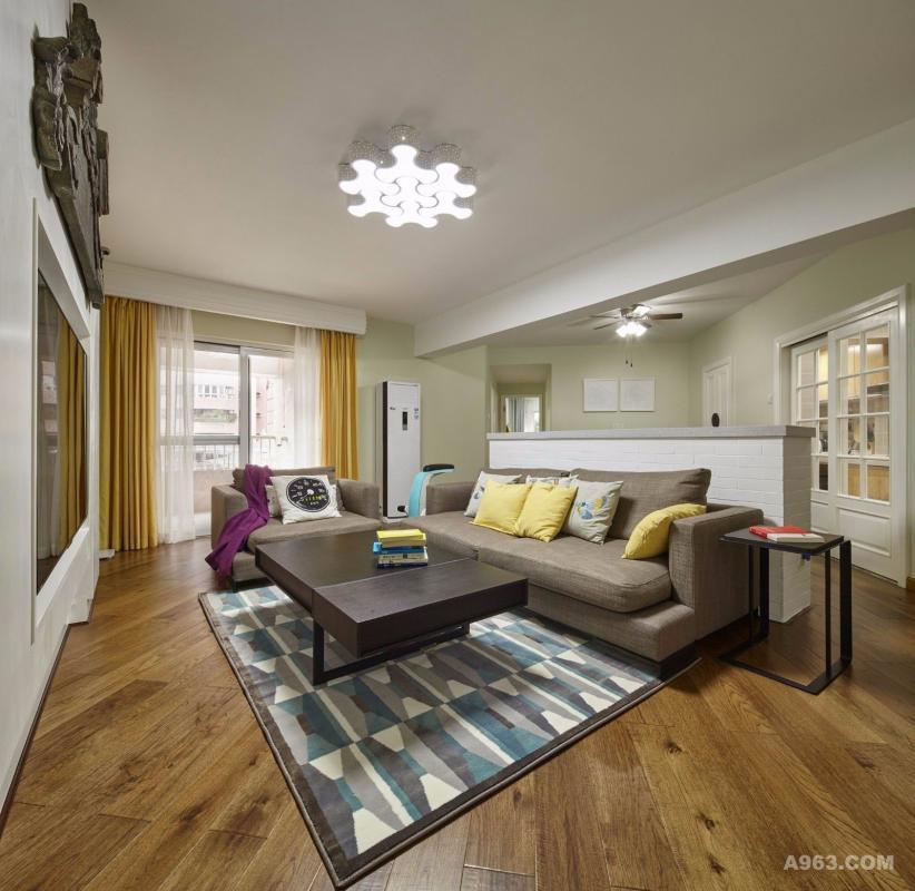 客厅,黑白灰的严谨并不能阻挡俏皮的铺装工艺,软装上就是要打破常规,挑战古板,你不敢,我敢!