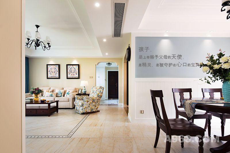 客厅与餐厅形成良好的连贯性与互动性;只在必要的地方做了简单的天花吊顶设计,凸显空间层次感。
