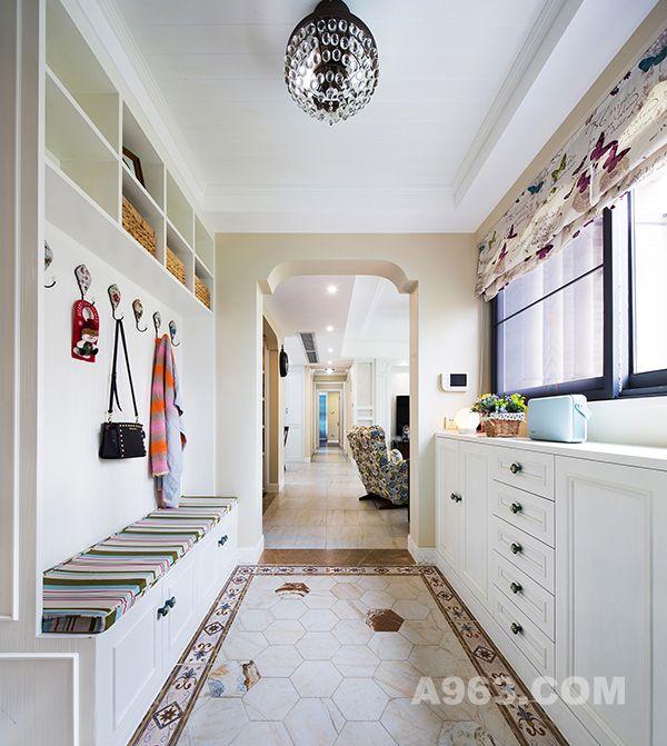 驻足入户,借助空间足够大的优势,鞋子的存放与换鞋的区域都得到了合理的优化。采用仿地毯样式的瓷砖铺贴,和阳光一起给你丝丝暖意。