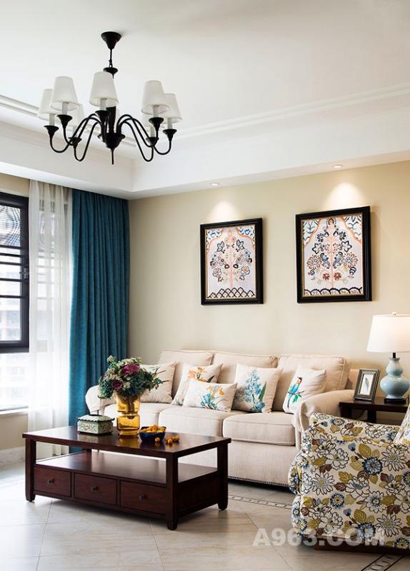 印花图案样式的单人沙发,与挂画抱枕相互呼应,整体给人一种清新淡雅的感觉。