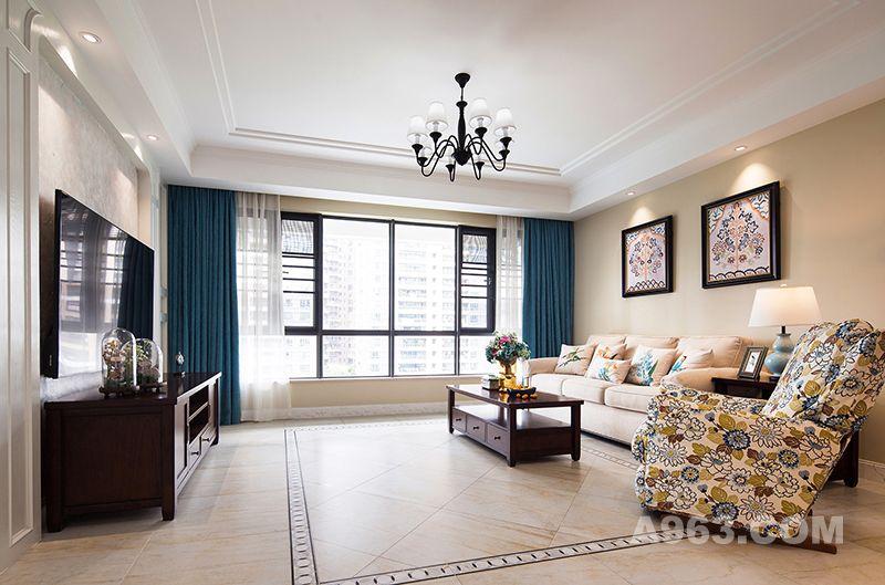 宽敞的客厅没有采用3+2+1的沙发组合,茶几也选用小巧精致的款式,主要是为了预留最大化的娱乐空间给到孩子;玩耍、追逐、嬉闹都没有了空间的局限。