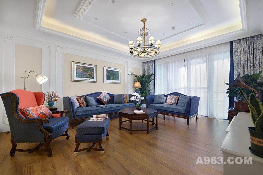客厅沙发背景造型线条大气简洁,用两幅美式精致的油画点缀,再配上宝蓝色的布艺沙发,彩色的抱枕,整个客厅空间不会觉得沉闷。