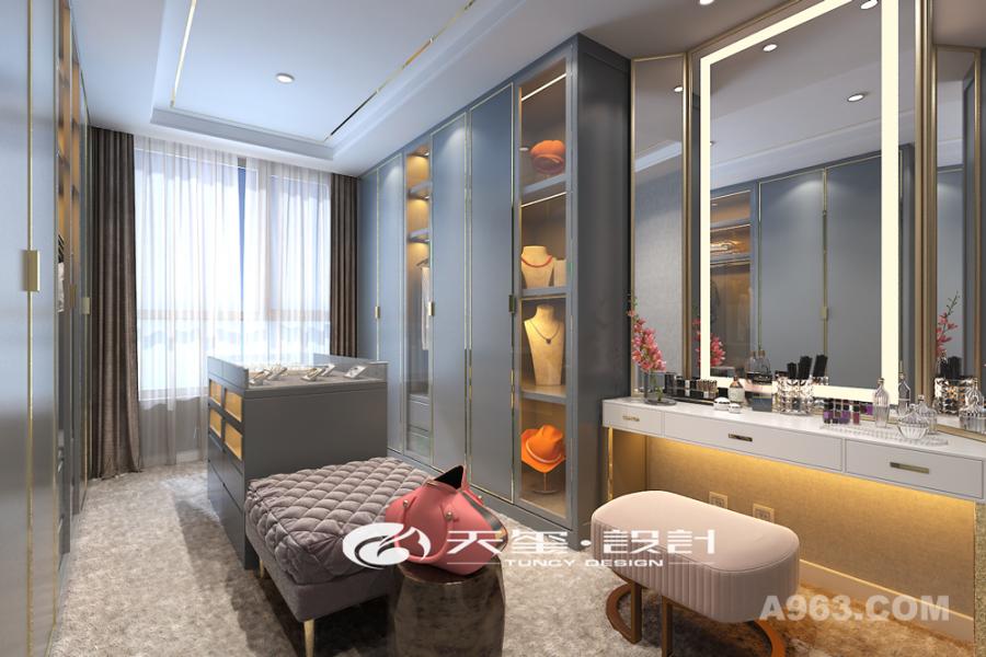 换衣间的设计采用暗灰色和米白色的搭配打造奢华空间,衣柜和沙发柜的陈设节省了很多空间。