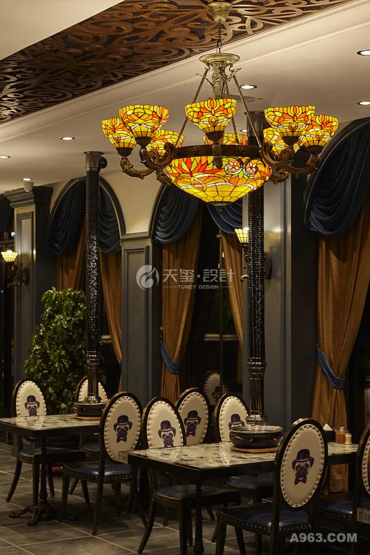 欧式蒂凡尼巴洛克大吊灯和彩色玻璃的辉映打造了高贵典雅而又活泼灵动的就餐场合。
