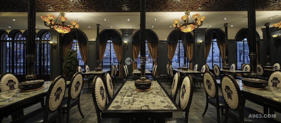 沙皮头皮质座椅配以铁艺的烤肉用品,再加以大理石桌面显示出烤肉店的高质感。