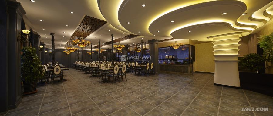 文化,主题配饰和设计师订制的木质材料也为空间增色许,灯光主要以灯带、点光源和小吊灯结合构成,暖暖的米黄色暖色调,柔软的光环境,逐步托出层序架构。