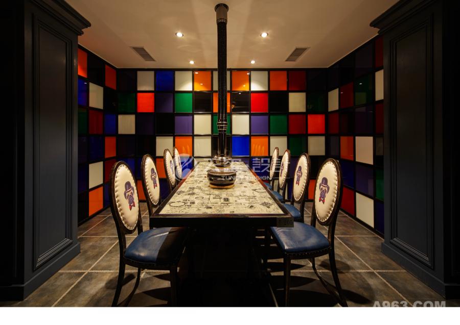 彩色玻璃让人觉得用餐都是轻松愉快的