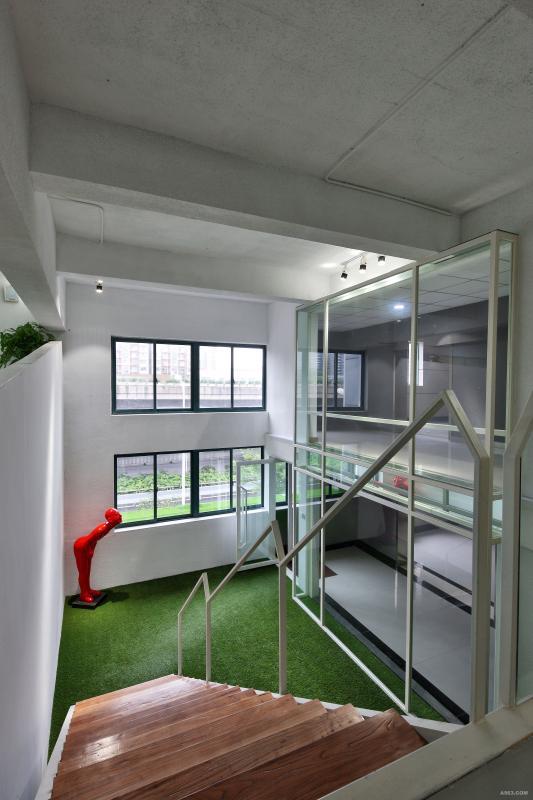 三楼入户四:四楼向三楼入口的视觉   两层的层高体现空间的开阔
