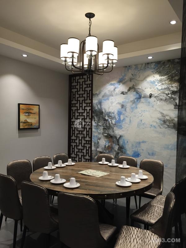 在材质上的精挑细选,颜色上的精心搭配,工艺上的尽心尽美,回归自然。复古铜色餐桌椅跟水墨壁画搭配有了新的生意,散发生机活力,并且把自然风的有颜任性完美的体现出来,更能在用餐的时候使顾客心情舒畅。