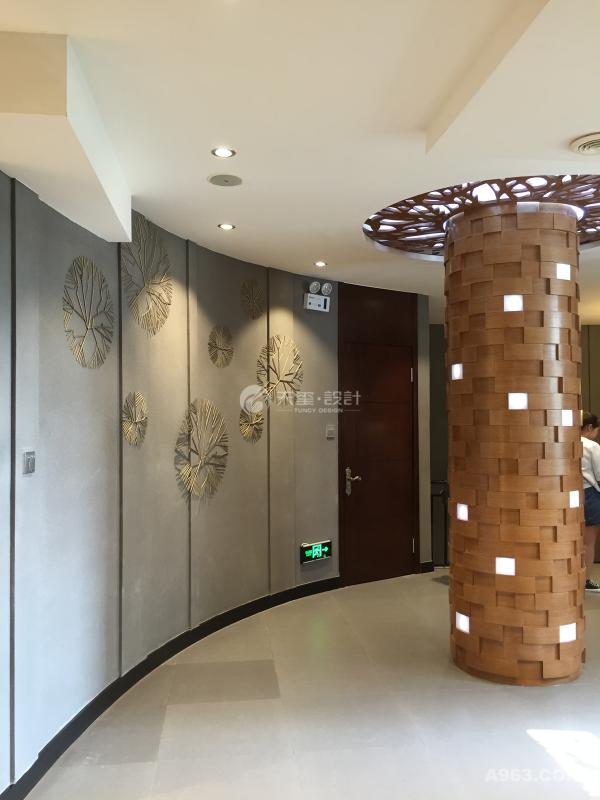 我们从这个角度不难看出,整个空间高大而且开敞的视觉很饱满,不掩饰,不浮夸,简简单单。当然细节处的设计也很重要,米黄色的凹形沙发配上木质马赛克的柱板,再配合上凹型的墙壁以及花絮状3D墙纸印花,整个设计自然流畅,让人看了舒服自在的很。