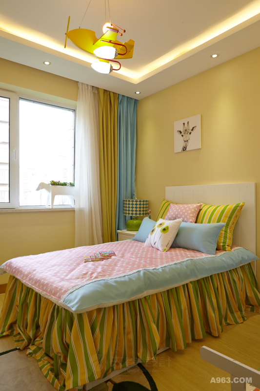 儿童屋内米黄、绿、蓝、粉、白的无彩色的缤纷组合使得屋子活泼可爱,尤其是木飞机艺术小挂灯和白木制动物形花盆更为屋子增添了现代风格的艺术感。